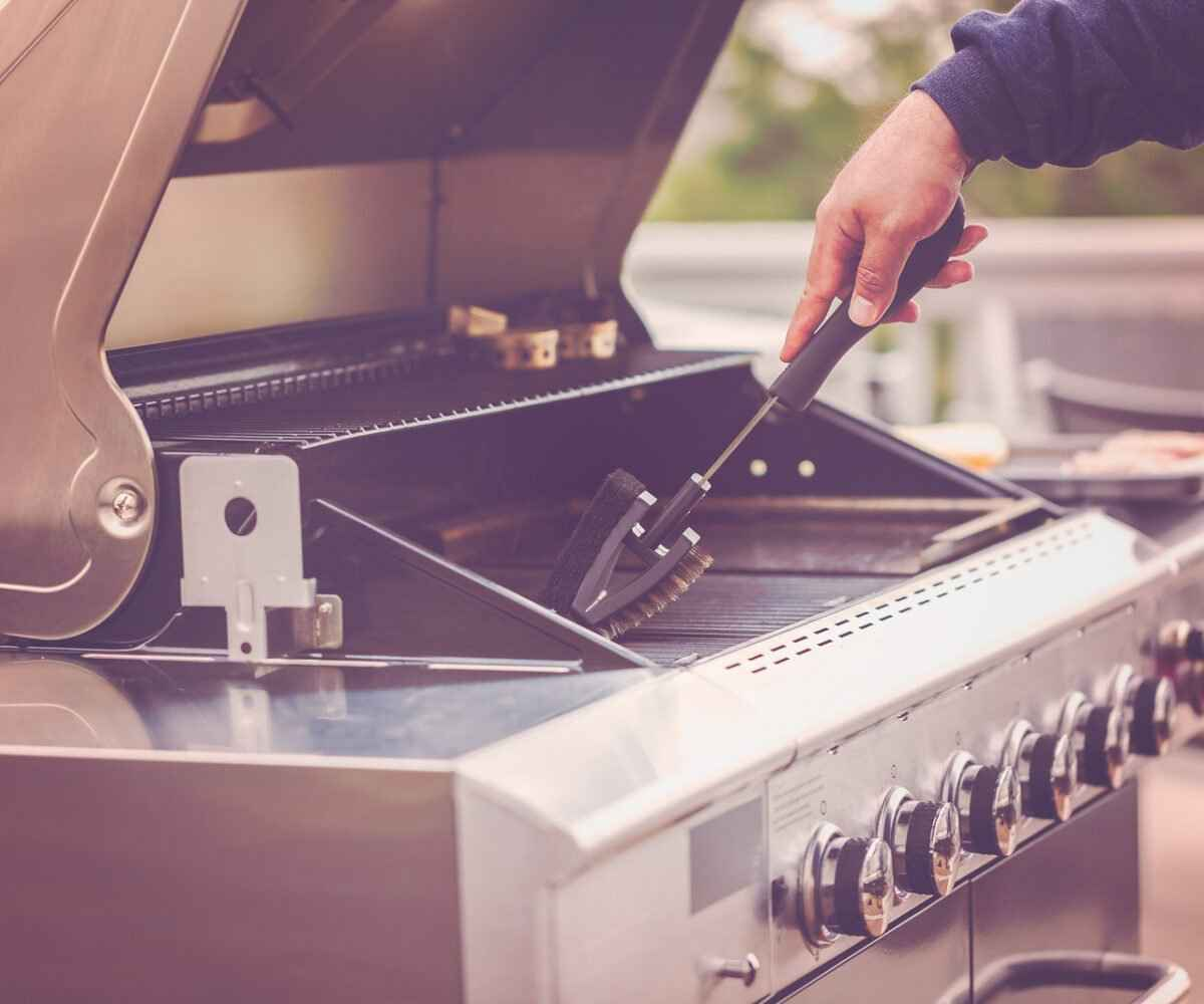 Cleaning a gas grill before winter storage