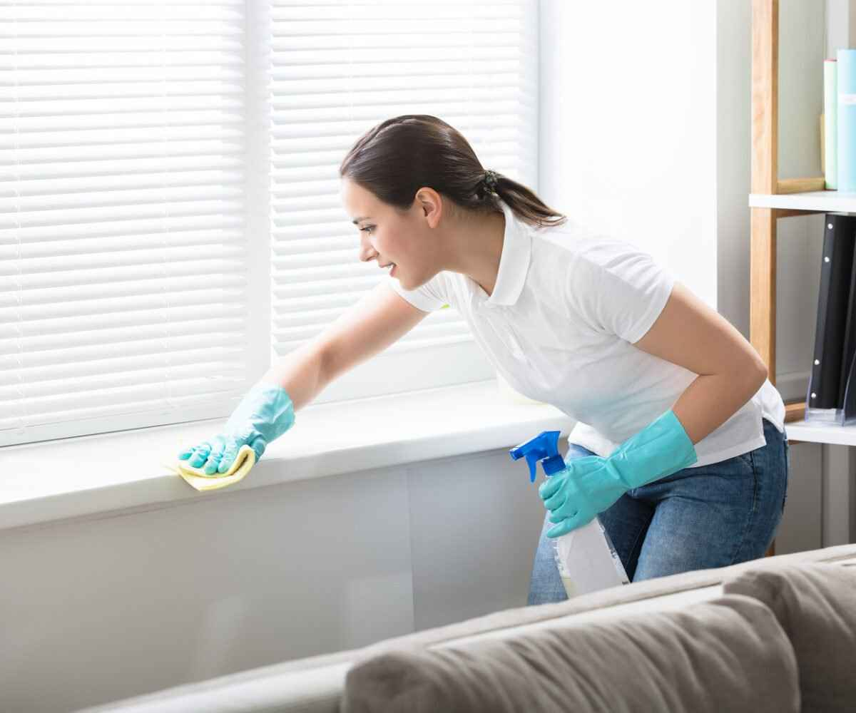 A college student thoroughly cleans her apartment in hopes of getting her deposit back